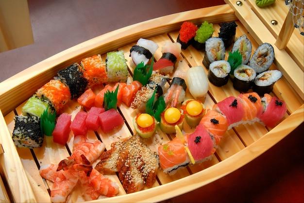 寿司とともに出荷し、暗い表面でロール