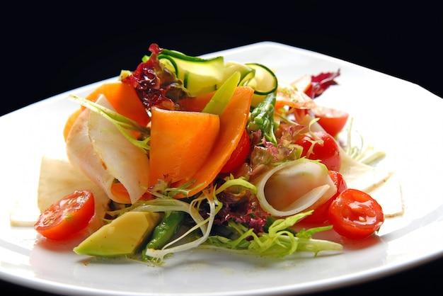 皿の上のレストランでおいしい料理。野菜サラダ