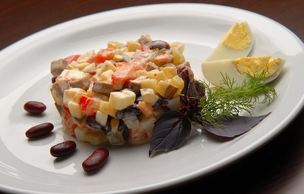 マヨネーズと新鮮な野菜のサラダ