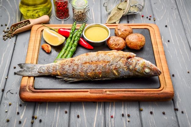 Жареная рыба сибас с картофелем и овощами