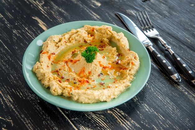 ヒヨコ豆、オリーブオイル、パプリカを添えたフムスの伝統的なユダヤクリーミーなランチサラダ。