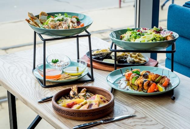 Разные блюда на столе в кафе