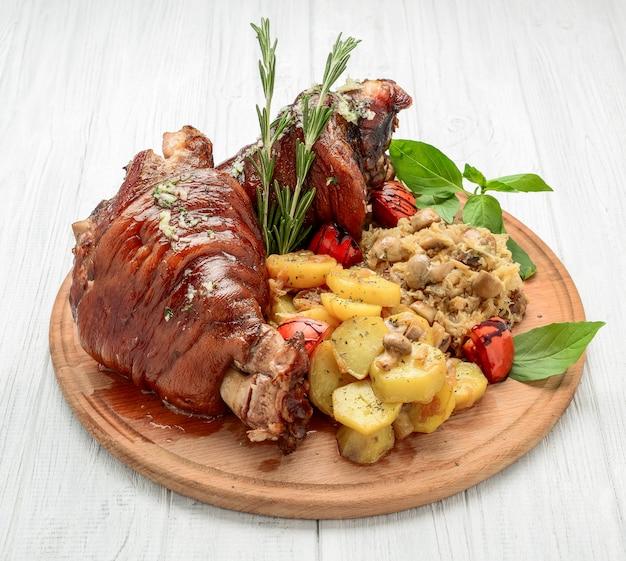 Запеченная свиная рулька с савойской капустой и печеным картофелем
