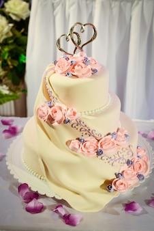 赤いバラのウェディングケーキ