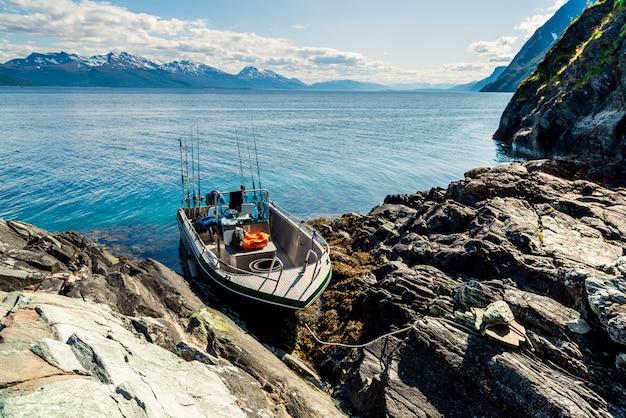 海ノルウェーフィヨルドで漁船