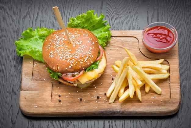 Вкусные гамбургеры с говядиной, помидорами
