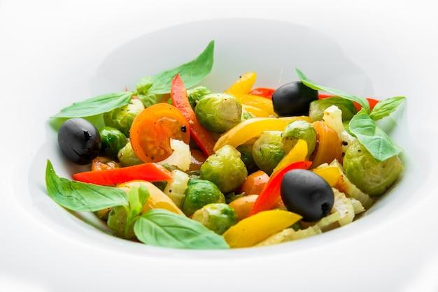 Салат из жареной брюссельской капусты, паприки и оливок