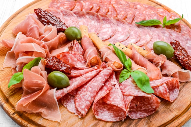 サラミソーセージ、チョリソ、パルマ入り肉プレート