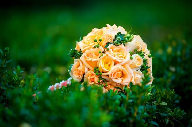 Свадебный букет разных цветов