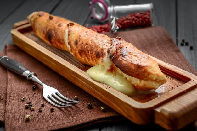 グリルでスルグニチーズ。グルジア料理