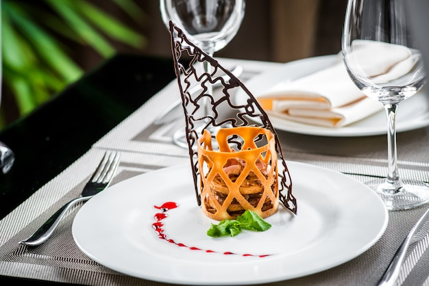 Торт десертный фруктово-ягодный крем на тарелке