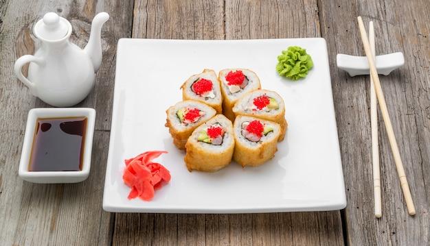 Японские традиционные блюда суши и роллы со свежими морепродуктами
