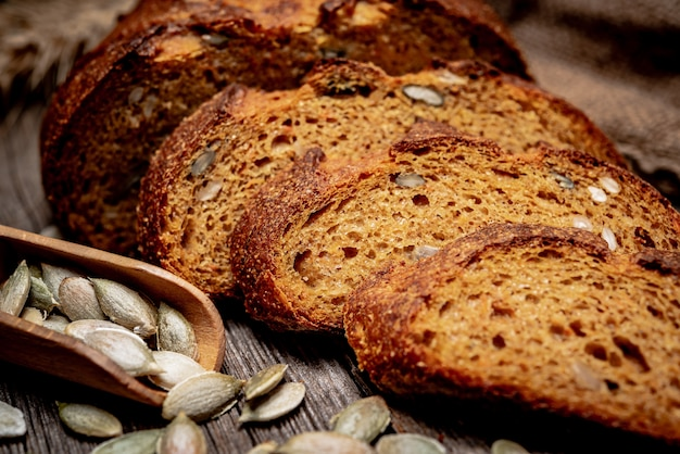 かぼちゃパン。木製のテーブルで焼きたての伝統的なパン