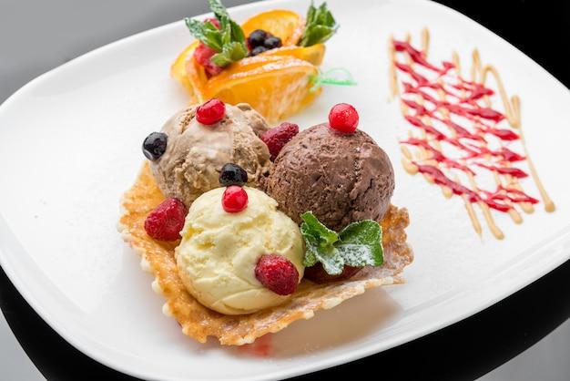 Фруктовое мороженое, вафельный рожок и нарезанная клубника