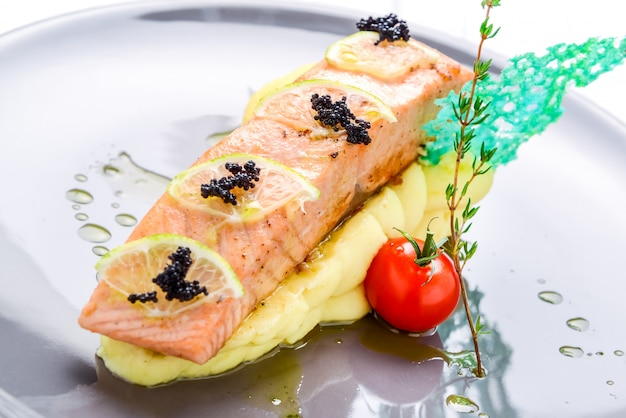 Стейк из лосося с картофельным пюре