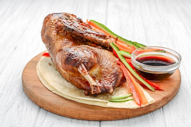 木製の表面に野菜と焼き鴨