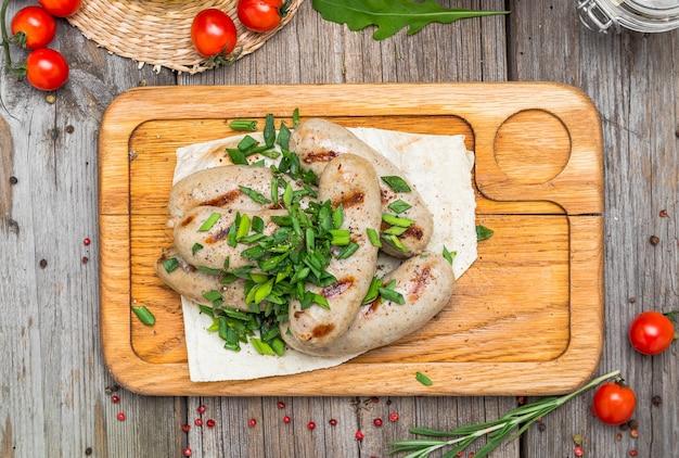 木製のテーブルに鶏肉のソーセージ