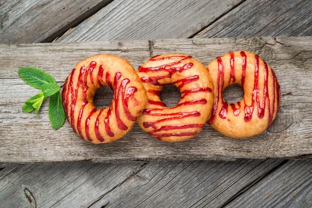 木製の表面にドーナツ