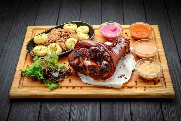 Запеченная свиная рулька с квашеной капустой с бигусом