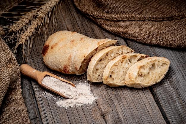 Хлеб чиабатта по дереву столовой. здоровая пища