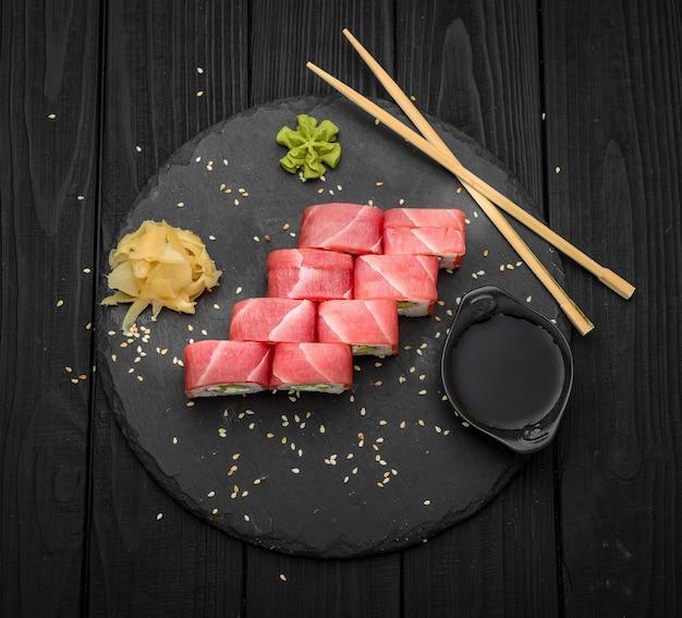 Суши с сыром филадельфия и тунцом на черном