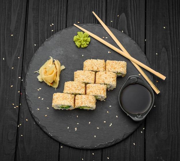 Суши роллы в кунжуте с авокадо и сливочным сыром