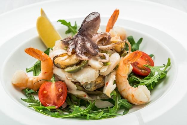 Салат из морепродуктов и овощей с рукколой и помидорами