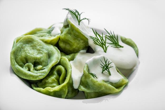 キノコの詰め物と緑の生地からのラビオリパスタ