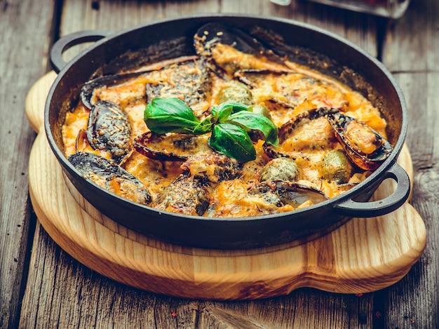 Мидии с сырным соусом, на сковороде