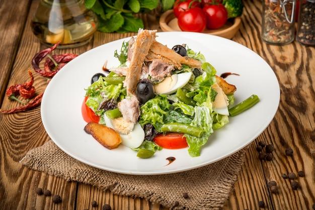 プレート上の健康食品の美しく、おいしい食べ物