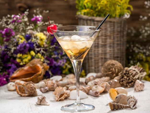 木製のテーブルの上の美しいアルコールカクテル