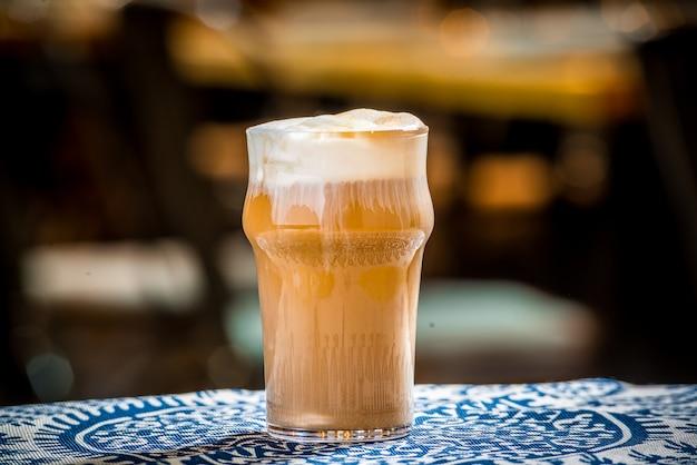 木製のテーブルにミルクとアイスコーヒー