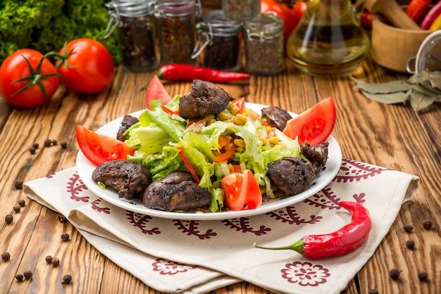 黒スグリと鶏レバーのサラダ