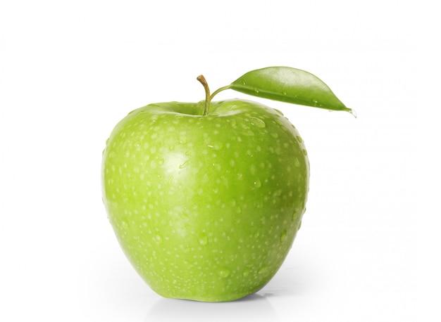 Зеленое яблоко на белом фоне