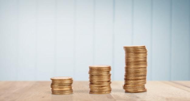異なる位置で互いに積み重ねられたコイン