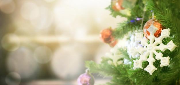 ぼやけた緑のクリスマスツリーの装飾