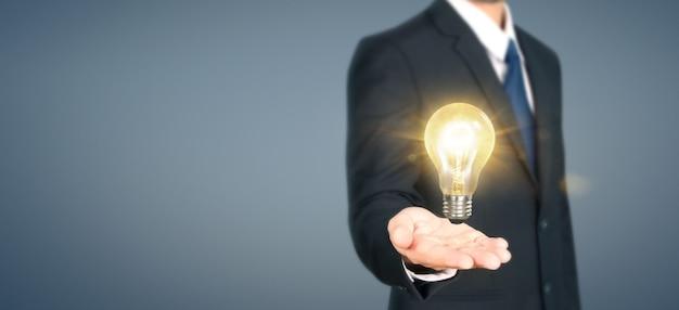 Рука лампочку с подсветкой, концепция вдохновения инноваций