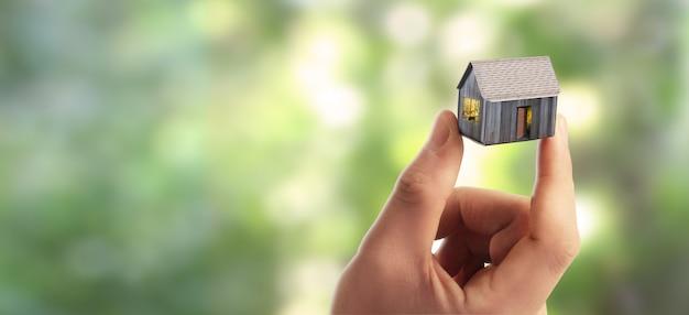 Жилой дом в руке
