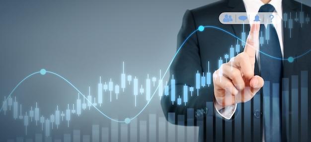 ビジネスマン計画グラフの成長と彼のビジネスでグラフの肯定的な指標の増加