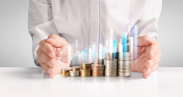 Монеты укладываются друг на друга в разных позициях. рука в бизнесе случайные деньги