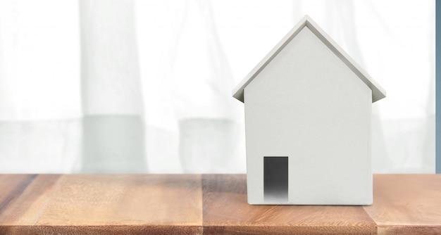 そこに木製のスペースの家モデル。家、住宅および不動産の概念
