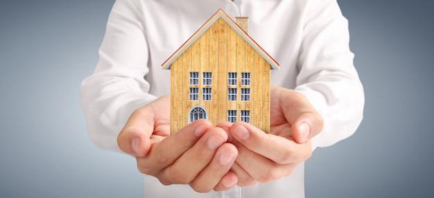 Жилой дом в руке. концепция инвестиционной собственности и концепция финансирования инвестиций