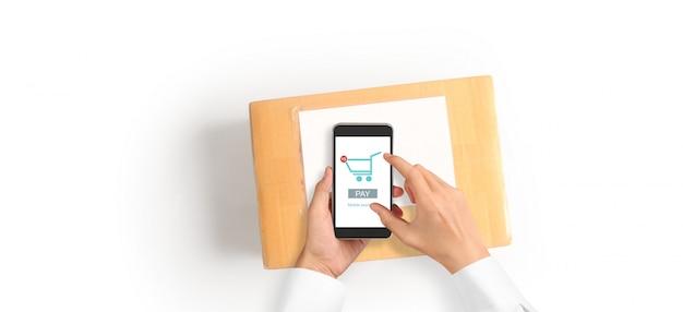 Рука устройство смартфон и касающий экран, владелец бизнеса работает. интернет-магазин мсп предпринимателя