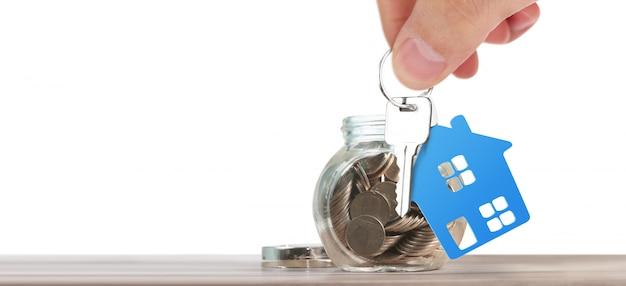 家の鍵を手に渡した不動産業者