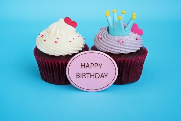 クラウンと赤い心でハッピーバースデーカップケーキ