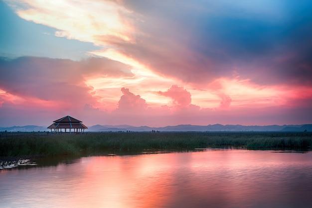 美しい夕暮れの空と海景
