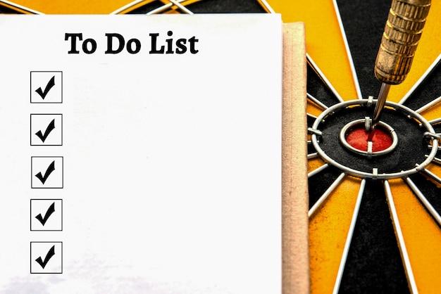 Личный ноутбук с списком дел и флажком