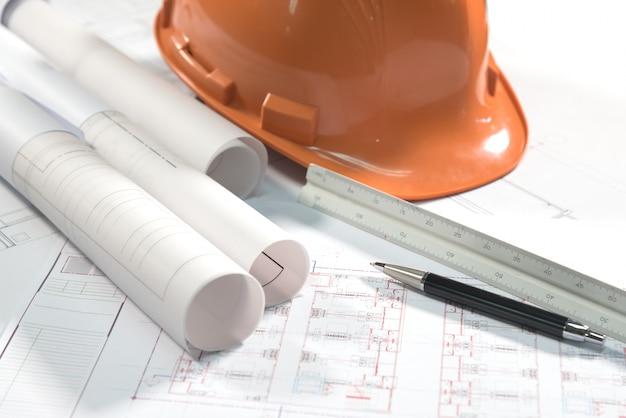 建築計画プロジェクト図面とペン