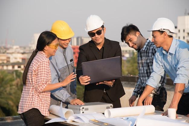 エンジニアと建築家のグループが建設現場で議論する
