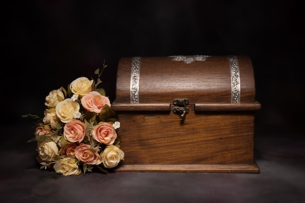 花の花束と箱のある静物